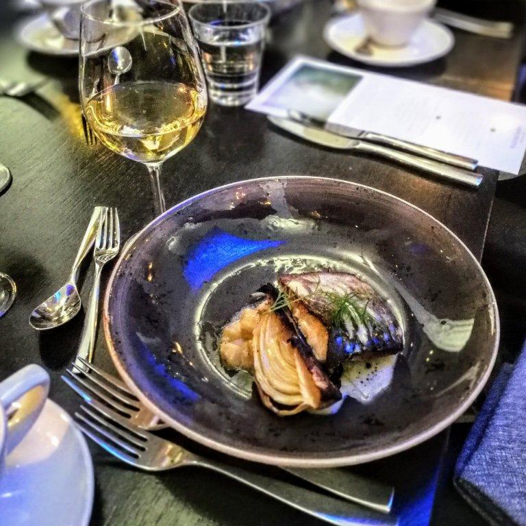 Päivän kala oli mutkattomasti valmistettu nieriä, kun kuhaa ei ollut noussut. Kyljessä paahdettua fenkolia. Lihavaihtoehtona on hirven lapaa ja veripannukakkua.