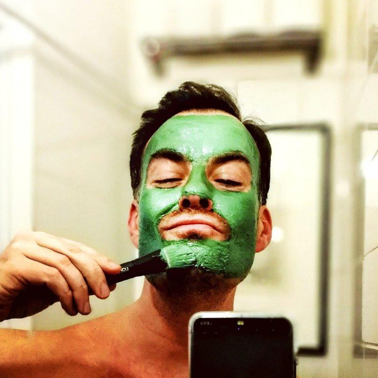 1. Maski levitetään kasvoille, mieluiten jollain pensselillä.