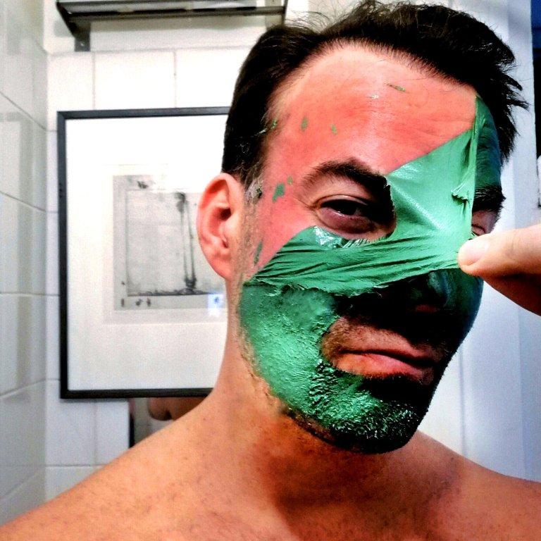 3. Maski revitään irti, ku joku kalvo. Hyvin irtoo vaikkakin partakarvat vähän jumittaa.