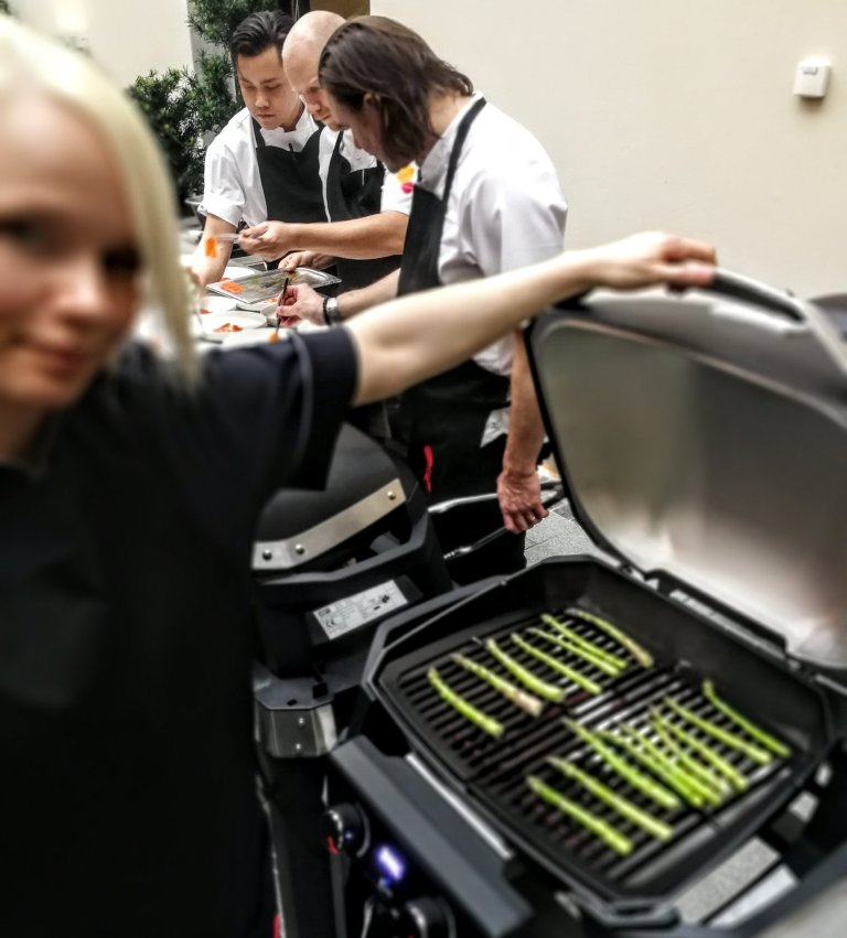 Tanskalaisen keittiömestari Charlotte Steen Wendelbom pyöräytti parsat parilalla kädenkäänteessä.